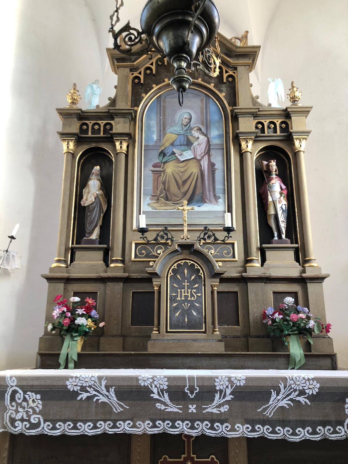 Realizaci nových soch na hlavní oltář